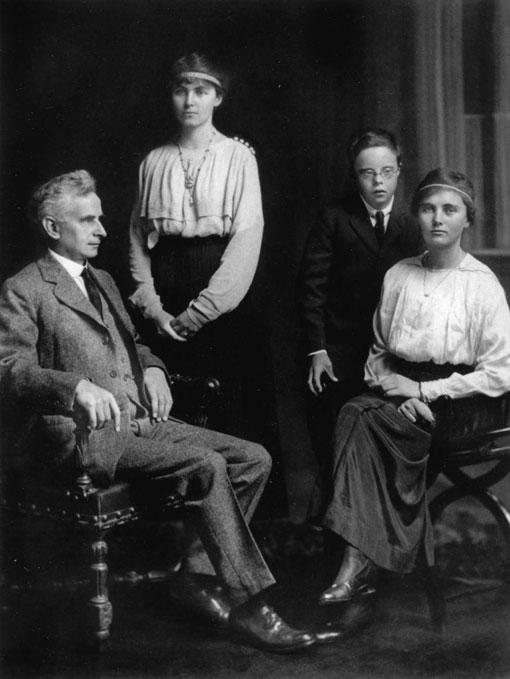 26-Family-group-with-Reginald,-John,-Stella,-Elspie